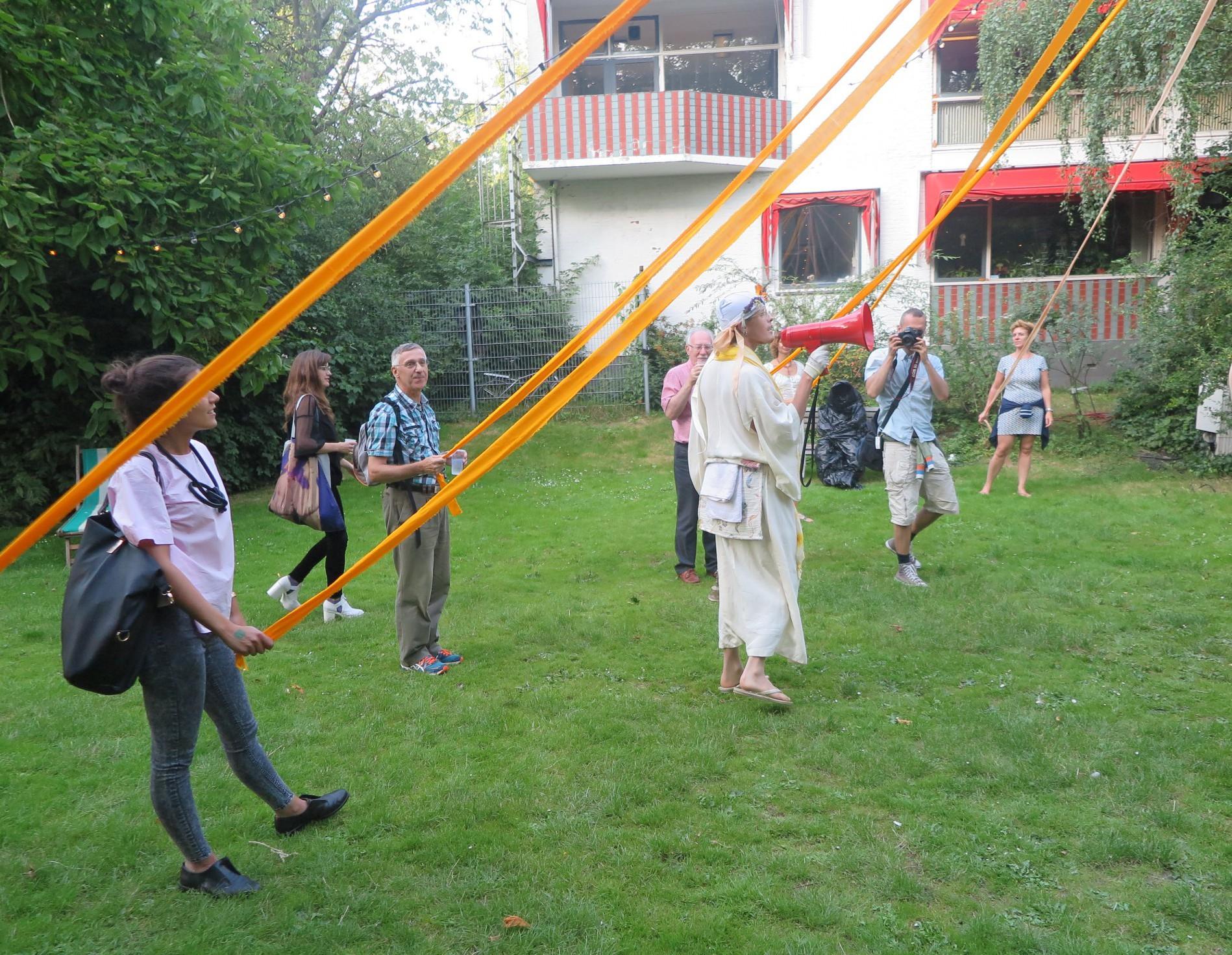 Opening Whynot Festival met publiek en priester/nar